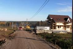 Рядом с Lakes'berry Club расположен Коттеджный поселок  Колокольцево