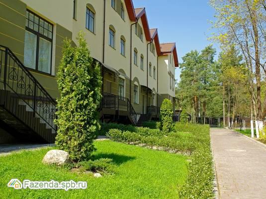 Малоэтажный жилой комплекс Королевский Курорт, Курортный район СПб. Актуальное фото.