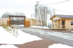 Рядом с Лесьяр расположен Коттеджный поселок  Поляны