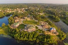 Рядом с Токсово-Короткий расположен Коттеджный поселок  Озерный Край