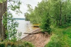 Рядом с Озеро Пионерское расположен Коттеджный поселок  Сосновый Пляж