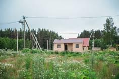 Рядом с Karelia Holiday Park расположен Коттеджный поселок  Тишь да Гладь