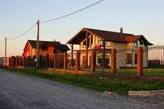 Рядом с Аннинские просторы расположен Коттеджный поселок  Изумрудное