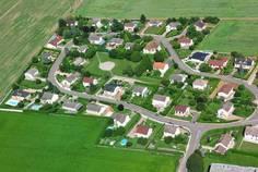Рядом с Солнечная долина расположен Коттеджный поселок  Дома на улице Счастливая